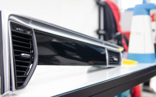 oklejenie dekorów black piano z Porsche Macan bezbarwną folią ochronną