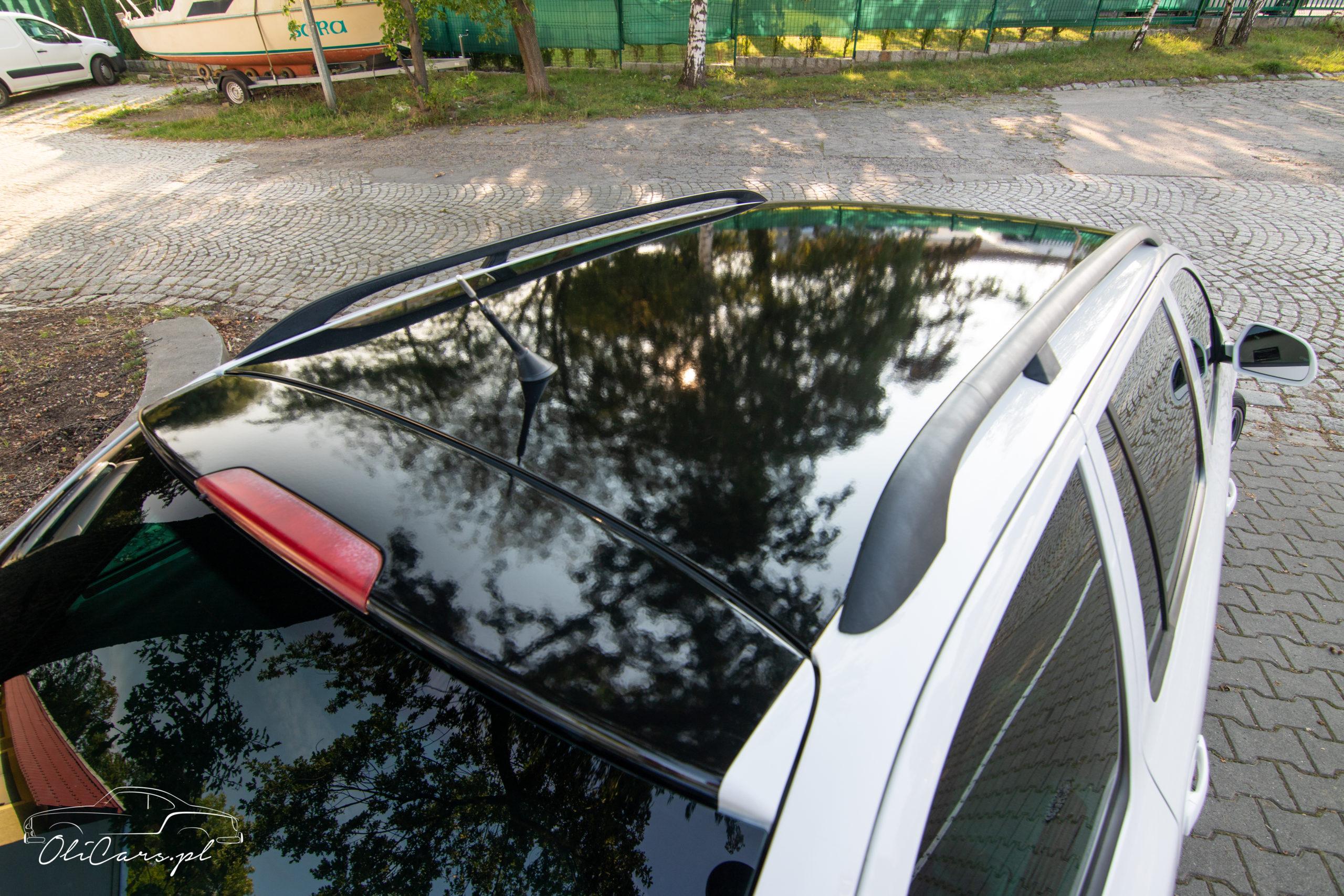 oklejanie dachu białego samochodu na czarny kolor