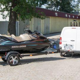 Klient odbiera swoją łódź po detailingu